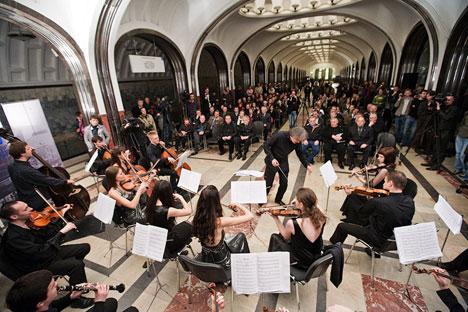 昨年4月24日、真谷子ふす加屋駅の修復を祝い、グネーシン音楽大学の学生が記念コンサートを行った=RUSSOS撮影