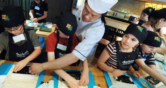 ロシアの子供たちにすしロールの正しい作り方を教える日本人のシェフ=タス通信