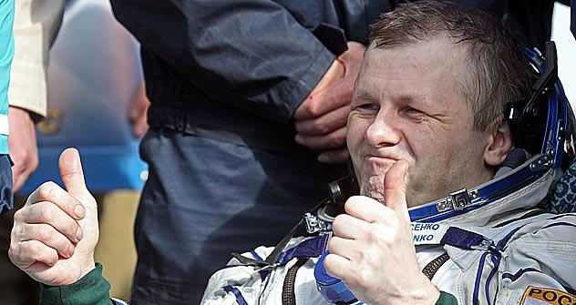 Russian cosmonaut Andrey Borisenko gestures after landing of the Russian Soyuz TMA-21 space capsule about 150 kilometers southeast of the Kazakh town of Zhezkazgan on September 16, 2011.   Source: AP