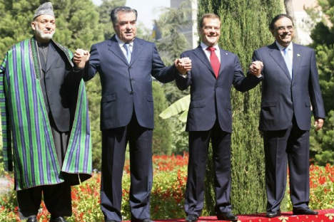 Tajikistan's President Imomali Rakhmon (2nd L), Russia's President Dmitry Medvedev (2nd R), Pakistan's President Asif Ali Zardari (R) and Afghanistan's President Hamid Karzai smile as they stand together during a summit in Dushanbe September 2, 2011.