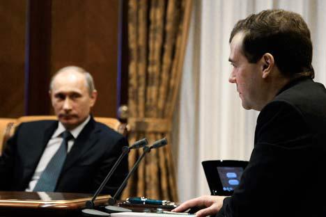 プーチン首相とメドベージェフ大統領=タス通信撮影