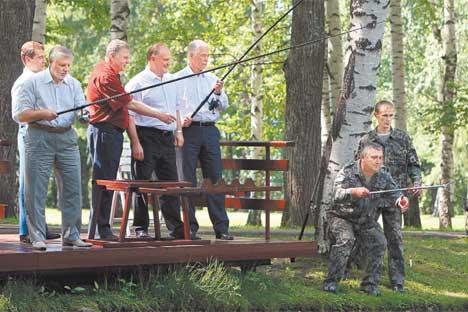 ザビードヴォ大統領公邸で行われた非公式の会でメドベージェフ大統領と現在議席を占めている政党の党首=コメルサント紙撮影