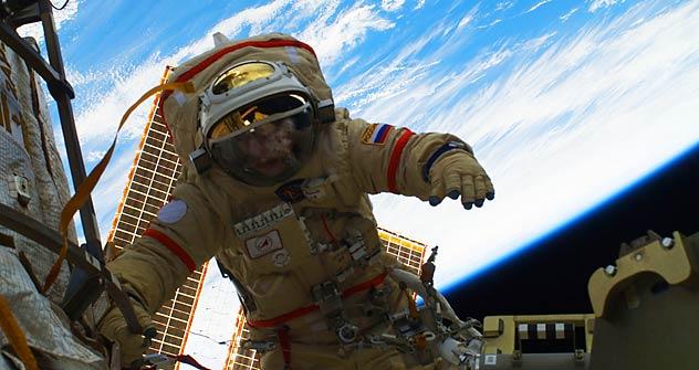 国際宇宙ステーションでの宇宙遊泳 =米国航空宇宙局(NASA)撮影