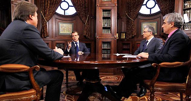 メドベージェフ氏は、30日、ロシアの3大テレビ局へのインタビューで、自分が大統領選挙に出ないのは「プーチン氏のほうが人気が高いから」と述べた。 =ロイター通信撮影