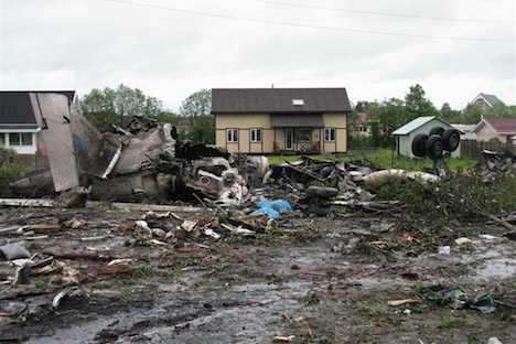 """Un avión Tu-134 de la empresa """"Rusair"""" se estrelló anoche al intentar efectuar un aterrizaje de emergencia en una carretera. Foto de Reuters/Vostock Photo"""