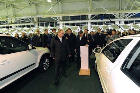 Dmitri Medwedjew und Wladimir Putin besuchen das Gorkier Automobilwerk. Foto: premier.gov.ru