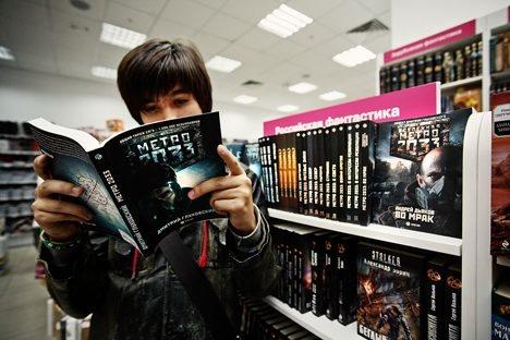 """Dmitri Gluchowskis Endzeitroman """"Metro 2033"""" machte sein russischer Verlag prompt zur Buchreihe. Foto: Ruslan Suchuschin"""