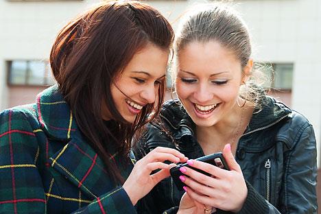 , Las juventudes del partido gobernante Rusia Unida, están instando al pueblo a que vote  con mensajes de texto para elegir a los candidatos que se convertirán en  posibles aspirantes de un sillón parlamentario en las próximas elecciones a la Duma Es