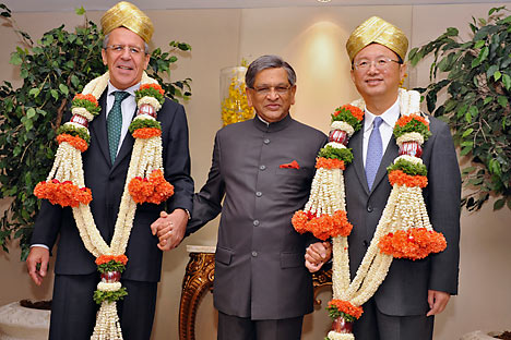 Russia's Foreign Minister Sergey Lavrov, India's Foreign Minister Somanahalli Mallaiah Krishna and China's Foreign Minister Yang Jiechi pose before their meeting in the southern Indian city of Bangalore. Source: Reuters