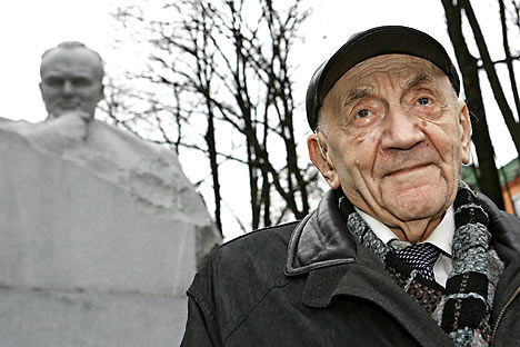 Boris Chertok in front of the monument to Sergey Korolev in Baikonur, Kazakhstan. Source: ITAR-TASS