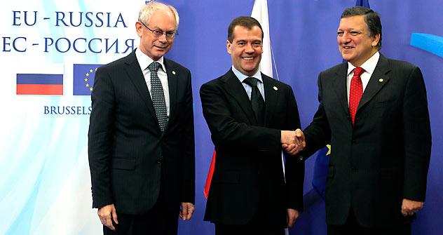 Russland-EU-Gipfel in Brüssel am 15. Dezember 2011: EU-Ratspräsident Herman Van Rompuy (links), Russlands Präsident Dmitrij Medwedjew und EU-Kommissionspräsident Jose Manuel Barroso. Foto: AP