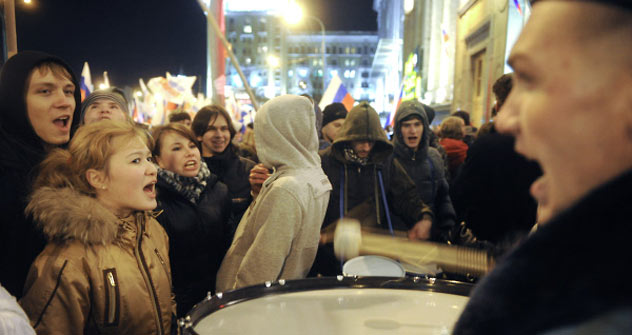 """Die Protest-Kundgebung in Moskau am Triumfalnaja-Platz am Dienstag. Kreml-treue Jugendbewegung  """"Naschi"""" (rechts) gegen Oppositionelle (links). Foto: RIAN"""
