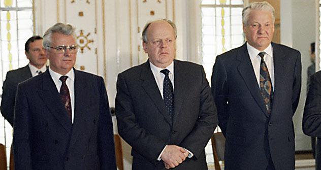 Haben die UdSSR nicht in den Abgrund gestoßen, sondern nur den Schlussstrich unter deren Zerfall gezogen: der Präsident der Ukraine Leonid Krawtschuk, der Vorsitzende des Obersten Sowjets von Belarus Stanislaw Schuschkjewitsch und der Präsident Russl