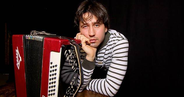 """Erst lernte Igor Rasterjajew Gitarre. Dann kam er zum ureigensten russischen Instrument: der """"Tschaika""""-Zieharmonika."""