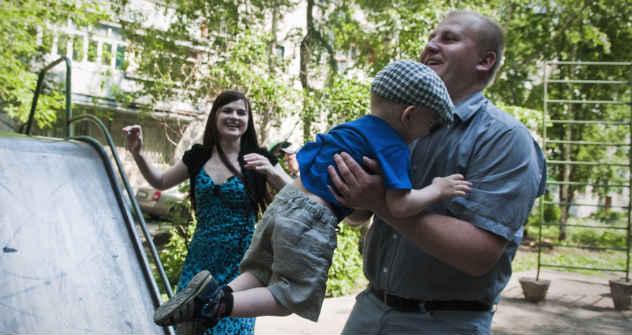 Freizeit in Tomsk: Vater, 28, Mutter, 22, Kind, 3, auf dem Spielplatz ihres Wohnviertels. Foto: Oksana Juschko