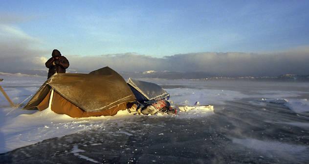 Abend am Baikal: Uwe Wirthwein und seine Freundin übernachten auf dem Eis. Foto: aus dem persönlichen Archiv