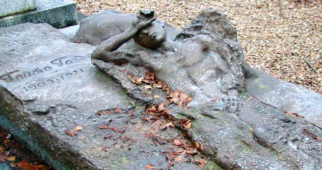La tumba de Gaito Gudzanov en el cementerio de Sant Genevieve des Bois, Paris. Foto de Creative Commons