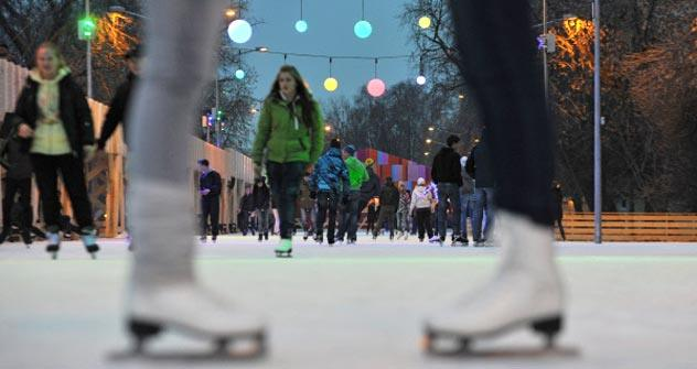 Ice skating brings people together. This year Gorky park is expected to host a lot of Russians and foreigners who like to take a spin on the ice. Source: Anisia Boroznova