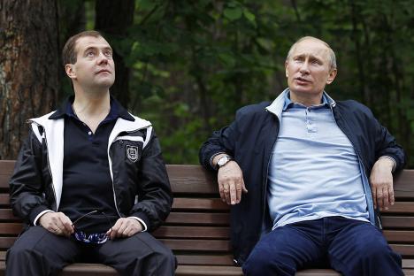 プーチン首相とメドベージェフ大統領=ロイター撮影