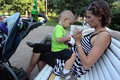 若い母親によって、福利厚生削りは何だろうか=PhotoXpress撮影