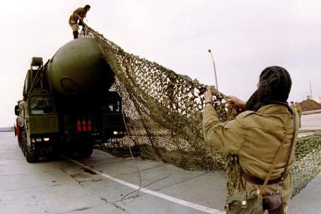 トーポリM大陸間弾道ミサイルを偽装する戦略ロケット軍の兵士=ロイター通信/Vostock-Photo撮影