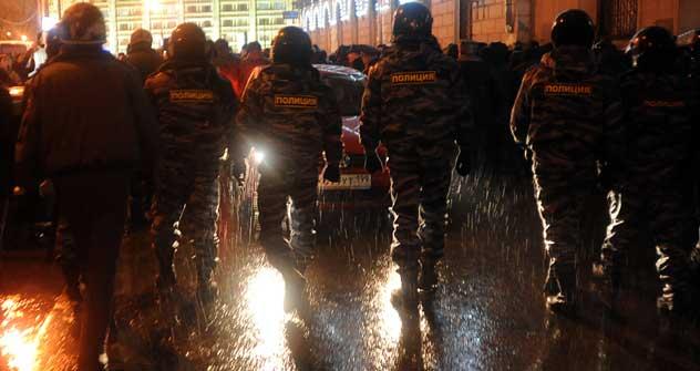 地下鉄チスティエ・プル-ディ駅近くの選挙後の抗議集会を抑制する警察=AP Photo撮影