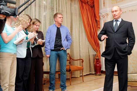 Ein Bild, das Bände spricht: Die Hofjournalisten der Machthaber. Foto: AP