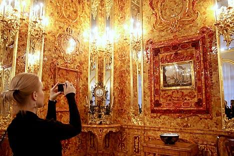 Touristen besuchen die wiederhergestellten Bernsteinzimmer zum 70. Jahrestag des Verschwindens aus dem Katharinenpalast im Zarskoje Selo. Foto: TASS