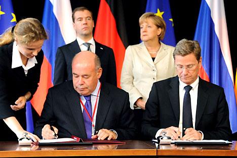 Der Sonderbevollmächtigte des russischen Präsidenten in Fragen der kulturellen Zusammenarbeit, Michail Schwydkoj (links) und der deutsche Außenminister Guido Westerwelle haben im Juli während des Petersburger Dialogs in Hannover die gemeinsame Erklär