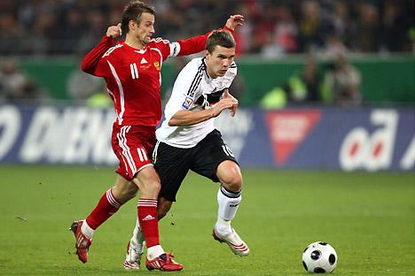Sergey Semak (Russland, links) gegen Lukas Podolski: Duell WM Qualifikation 2008. Foto: Legion-Media