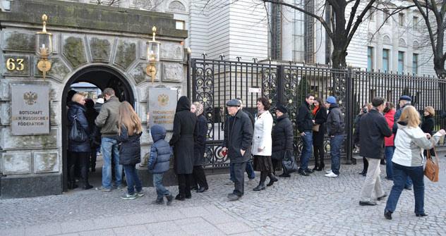 Die Schlange am Eingang vor der russischen Botschaft in Berlin am Wahlsonntag. Foto: Olga Waulina