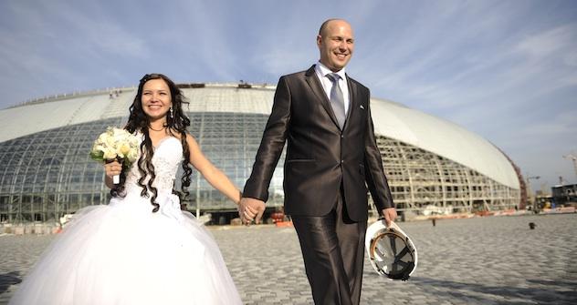 Jawort auf dem Bau: Das Eheglück für Alija und Sergej begann auf der Baustelle direkt am Meer. Foto: Michail Mordasov