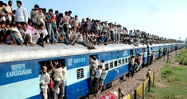 "indu devotees travel on a crowded passenger train to take part in the ""Guru Purnima"" festival in Goverdhan town near the northern Indian city of Mathura July 24, 2010. Source: Reuters/Vostok-Photo"