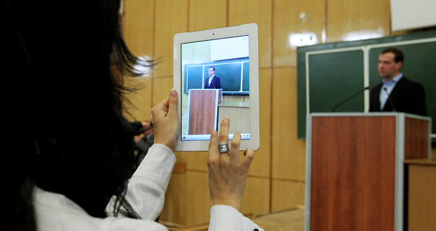 1月25日、モスクワ大学ジャーナリズム学部を訪問し、学生と対話するメドベージェフ露大統領=ロシア通信/エカテリーナ・シュツーキナ撮影