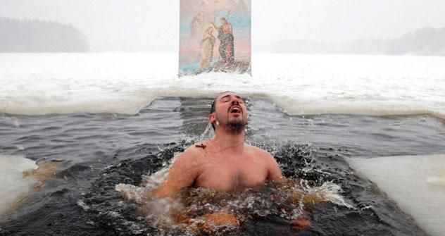 聖水所に浸かるために並んでいる信徒=タス通信撮影