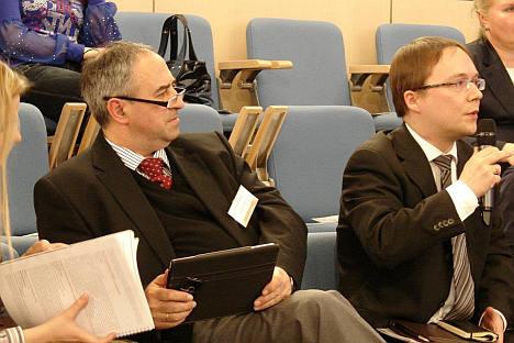 エヴゲニー・アボフ(Russia Beyond the Headline プロジェクト・ディレクター、写真左)、フョードル・クリムキン(広報ディレクター、写真右)=Press Photo撮影