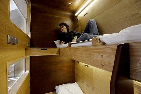 ホテルが「カプセル」と名付けられているのは、そのサイズが小さいためで、実際には宿泊客は「カプセル」の中では眠らない。日本のカプセル・ホテルとは異なり、このホテルの部屋にはあらゆる必要機能が備え付けられている。=ロシア通信撮影
