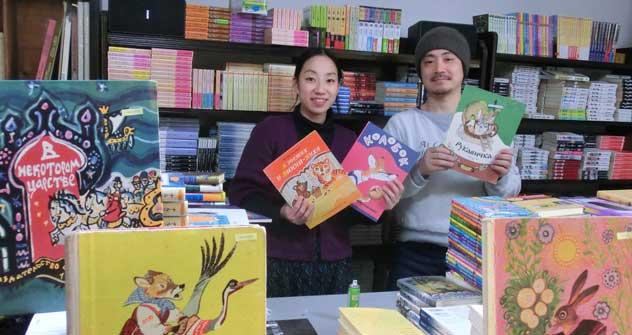 夫婦でネット古書店を運営する村上麻子さん(左) =吉村慎司撮影