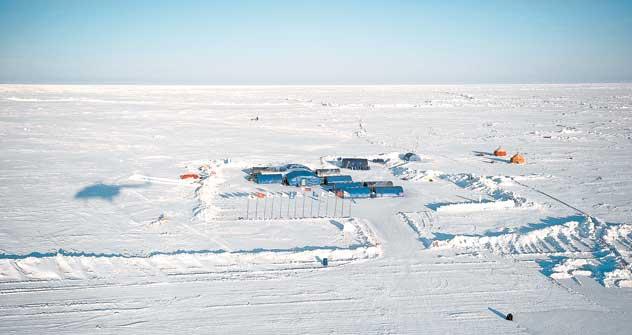 北極のホテル 「バルネオ」は、漂流する氷盤上の数張りのテント =Life/VostockPhoto撮影