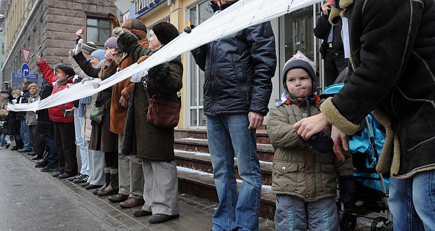 モスクワでフラッシュモブ「大きな白い環」(人間の鎖)が行われた。=タス通信撮影