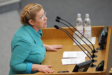 Chefe do Comitê da Família, da Mulher e da Criança, a deputada Elena Mizúlina discursa na Duma  Foto: Kommersant