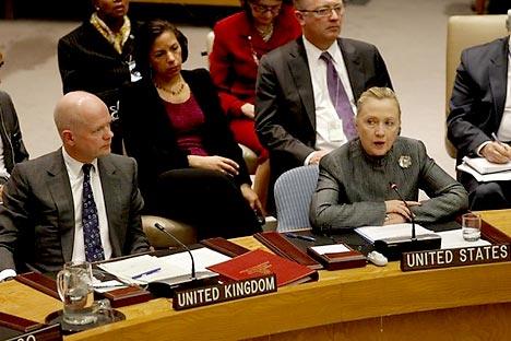 Hillary Clinton (à dir.) e William Hague (à esq.) Foto: AFP / EastNews