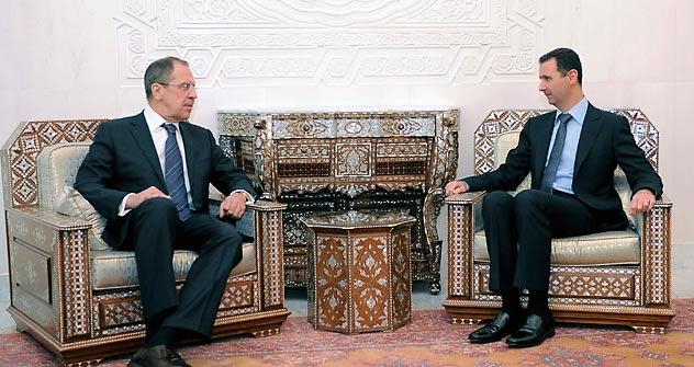 Serguêi Lavrov (à esq.) e Bashar al Assad (à dir.) Foto: Reuters