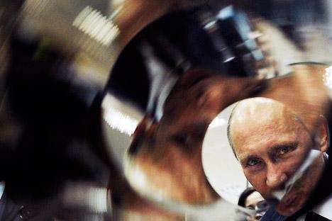 Premiê russo Vladímir Pútin durante uma visita à cidade de Sorov, na região de Nijni Nóvgorod, conhecida como berço da bomba atômica soviética Foto: AP