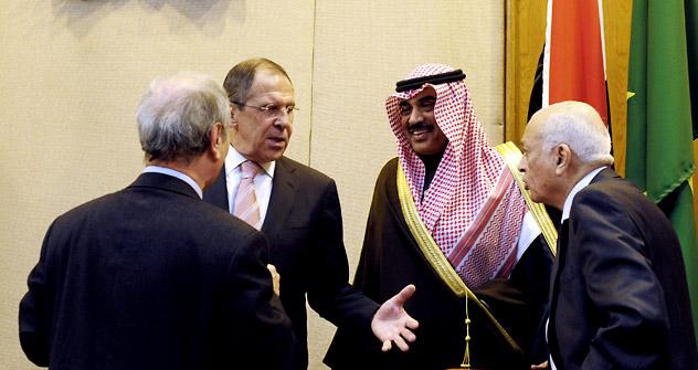 Reunião de chanceleres da Liga Árabe.  Sergei Lavrov (à esq.) fala antes de uma sessão conjunta de ministros das Relações Exteriores dos Estados Árabes (LAS) e do Ministrodos Negócios Estrangeiros da Federação Russa, no Cairo. Da direita para a esque