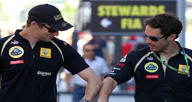 Vitáli Petrov (à esq.) e Bruno Senna (à dir.) Foto: LotusREnault
