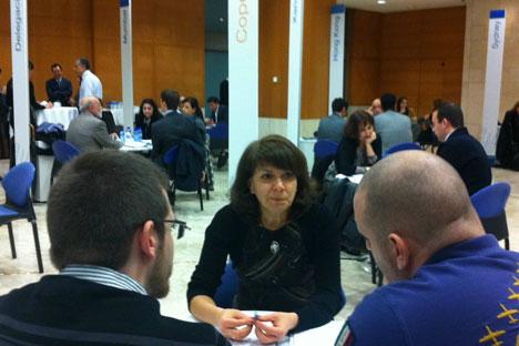 Elena Palaguina atiende una consulta en unas jornadas de internacionalización celebradas recientemente en Barcelona. Foto de Acc10/Generalitat de Catalunya.