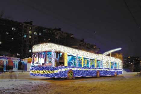 Un trolebús decorado con las luzes navideñas. Foto del Servicio de Prensa