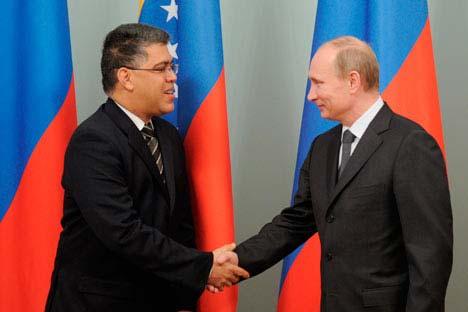 El vicepresidente venezolano Elías José Jaua Milano y primer ministro ruso Vladímir Putin durante la VIII° Reunión de la Comisión Intergubernamental. Moscú, el 7 y 8 de diciembre. Foto de AP