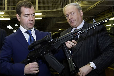 El automático AK en las manos del presidente ruso Dmitri Medvédev. Foto de archivo.